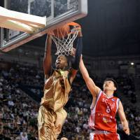 He does it all: Ryukyu star Anthony McHenry, seen dunking in a file photo from the 2011-12 championship game against Hamamatsu, had 21 points in a 79-64 road win over Shimane on Saturday. | YOSHIAKI MIURA