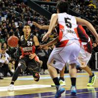 The streak is over: Point guard Narito Namizato (37), seen in a file photo from last season's All-Star Game, and the Ryukyu Golden Kings saw their 22-game home winning streak snapped on Sunday in an 81-69 defeat to the Oita HeatDevils. | YOSHIAKI MIURA