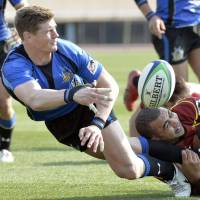 Through the pain barrier: Panasonic fly half Berrick Barnes (left) makes a pass during the Wild Knights' 30-21 win over Toshiba Brave Lupus in the final of the All-Japan Championship at National Stadium on Sunday. | KYODO