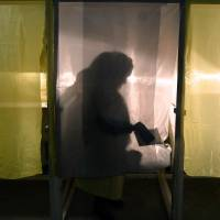 A woman casting her vote at a polling station in Crimea, southern Ukraine, on Sunday in a referendum on breaking away from Ukraine and joining Russia. | AFP-JIJI