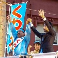 LDP lawmaker Shinjiro Koizumi stumps for candidate Sachi Kuwae Sunday during the Okinawa mayoral election.