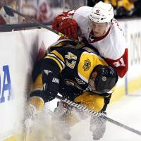 Bruins top Red Wings to even series