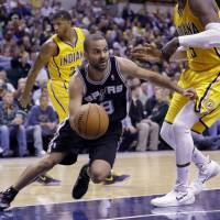 Spurs roll to 18th straight win