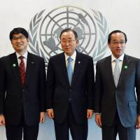 Nagasaki Mayor Tomihisa Taue, United Nations Secretary-General Ban Ki-moon and Hiroshima Mayor Kazumi Matsui (from left to right), pose for a photo before their meeting Monday at U.N. headquarters in New York. | AFP-JIJI