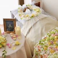 Hibiya-Kadan Floral Co.'s services include decorations to adorn the beds of elderly care facility residents who have passed away. | HIBIYA-KADAN FLORAL CO./KYODO