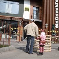McDonald's shuts Crimea outlets, citing lack of supplies from Kiev