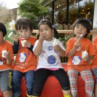 Young visitors enjoy homemade ice cream. | KENJI MIURA