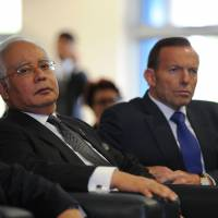 Malaysian PM arrives in Australia, tours base at heart of plane search