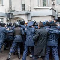 Policemen try to stop pro-Russian protesters from storming the regional government building in the eastern Ukrainian city of Kharkiv on Sunday. | AFP-JIJI