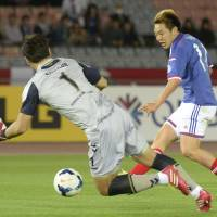 Impressive tally: Manabu Saito of Yokohama F. Marinos scored a pair of goals a minute apart in the second half against Jeonbuk Hundai Motors on Tuesday at Nissan Stadium in an Asian Champions League Group G match. Marinos won 2-1. | KYODO