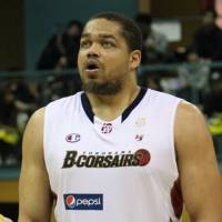 Strong performance: Yokohama B-Corsairs center Wayne Marshall, seen in this file photo, had a combined total of 48 points, 19 rebounds, six assists, four steals and three blocks in two victories over the Tokyo Cinq Reves during the weekend. | NORIKO AKAIKE
