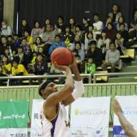 Not enough: Tokyo Cinq Reves forward Edward Morris, seen in this file photo, had 24 points, 14 rebounds and eight assists on Sunday in an 84-81 loss to the host Akita Northern Happinets. Tokyo fell to 13-35 on the season. | NORIKO AKAIKE