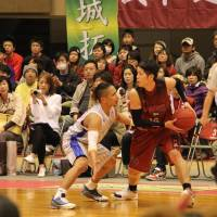 Steady contributor: Bambitious Nara forward Taishi Kasahara (right) has chipped in with consistent hustle, scrappy defense and 6.3 points per game this season. | SHOGO OKAMOTO