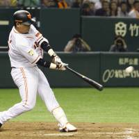 Game-changing play: The Giants' Shuichi Murata strokes a go-ahead, ninth-inning single against the Swallows on Tuesday at Tokyo Dome. Yomiuri beat Tokyo Yakult 5-4. | KYODO