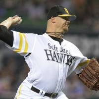 Steady performance: Hawks hurler Brian Wolfe holds the Buffaloes to four hits and one run over eight innings on Sunday at Yafuoku Dome. Fukuoka Softbank beat Orix 4-1. | KYODO