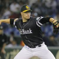 Steady outing: Hawks hurler Jason Standridge tossed seven innings of one-run ball against the Fighters on Tuesday at Tokyo Dome. Fukuoka Softbank beat Hokkaido Nippon Ham 2-1. | KYODO