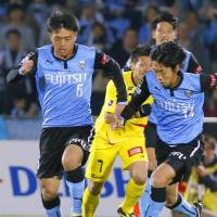 Pushing ahead: Kawasaki Frontale's Masaki Yamamoto (left) and Kengo Nakamura keep their eyes on the ball during Friday's match against Kashiwa Reysol at Todoroki Stadium. The teams settled for a 1-1 draw. | KYODO