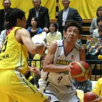 Tricks of the trade: Levanga Hokkaido veteran Takehiko Orimo looks for a chance to shoot against the Hitachi Sunrockers on Saturday. | KAZ NAGATSUKA
