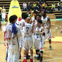 Fired up: Levanga Hokkaido players react during the game against Hitachi. | KAZ NAGATSUKA