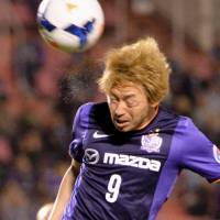 Moving right along: Hiroshima's Naoki Ishihara heads the ball during Sanfrecce's Asian Champions League win over Australia's Central Coast Mariners on Wednesday. | KYODO