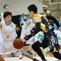 Another visit to Tokyo: Kyoto guard Shun Watanuki (left) has helped his team advance to the Final Four for a third consecutive season. | NORIKO AKAIKE