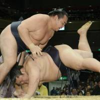 Kakuryu returns to winning form