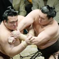 Hakuho takes lead