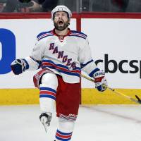 Rangers pound Canadiens in Game 1