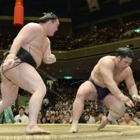 Hakuho raises record to 10-0