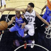Duncan leads Spurs in rout