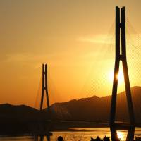 In Setoda, the sun sets behind the stately lines of Tatara Bridge, built in 1999. | ANGELES MARIN CABELLO