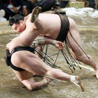 Hakuho beats rival Harumafuji to collect 29th title