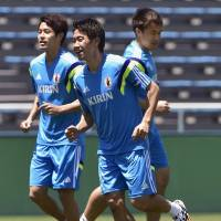 Let's get started: Japan's Shinji Kagawa (center) trains with teammates Atsuto Uchida (left) and Shinji Okazaki on Saturday. | KYODO