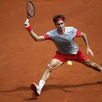Federer on to next round