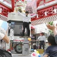 Kenta, a member of a traveling circus troupe led by Keiichi Nishida, performs in a shopping arcade in Nagoya on May 9. | CHUNICHI SHIMBUN