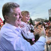 Independent presidential candidate Petro Poroshenko greets supporters during a campaign rally in the central Ukrainian city of Cherkasy on Tuesday. | AFP-JIJI