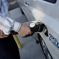 Toyota Motor Corp.'s Highlander fuel cell SUV is fueled at a public hydrogen fuel station during a demonstration last year in Fountain Valley, California. | BLOOMBERG