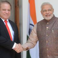 Indian Prime Minister Narendra Modi (right) meets with Pakistani Prime Minister Nawaz Sharif in New Delhi on Tuesday. | AFP-JIJI