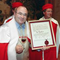 British actor Bob Hoskins poses with a Saint-Emilion wine glass and his 'honorary winemaker and Saint-Emilion bourgeois' diploma in southwestern France in June 1993. Hoskins, known for his roles in films including 'Who Framed Roger Rabbit' and 'Mona Lisa,' died at the age of 71 following a bout of pneumonia, his family said on Wednesday. | AFP-JIJI