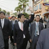 Abe inspects two casino resorts in Singapore
