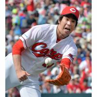 Carp batters prop up Maeda in win over BayStars