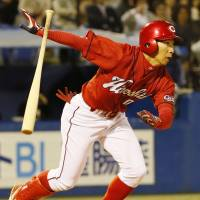 Carp rap out 16 hits, trounce Swallows