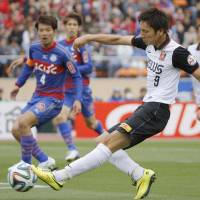 Coming up short: Urawa Reds' Genki Haraguchi plays the ball against Ventforet Kofu on Tuesday at National Stadium. The match ended in a scoreless draw. | KYODO