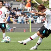 Best foot forward: Vissel Kobe's Jung Woo-young takes a free kick during his team's 2-1 victory over Shimizu S-Pulse in Nabisco Cup action on Saturday. | KYODO