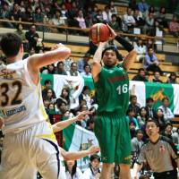 Classic form: Toyota's Keijuro Matsui takes a shot in Game 3 of the NBL Eastern Conference semifinals against Link Tochigi on Monday at Ota City General Gymnasium. The Alvark beat the Brex 74-59. | KAZ NAGATSUKA