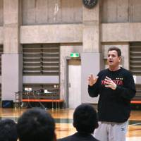 Teaching the game: Mitsubishi Electronic head coach Antonio Lang (left) and Toyota bench boss Donald Beck talk to participants at Beck's clinic in March. | KAZ NAGATSUKA