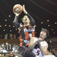 Banner performance: Wakayama Trians star Takuya Kawamura scored a game-best 33 points on Thursday against the Toshiba Brave Thunders in Game 2 of the NBL Finals. | KYODO