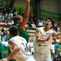 Difficult angle: Link Tochigi's Takatoshi Furukawa tries to launch a shot during Monday's Game 3. | KAZ NAGATSUKA