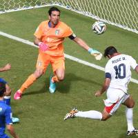 Costa Rica forward Bryan Ruiz heads the ball past Italy goalkeeper Gianluigi Buffon during Friday's Group D match at the Pernambuco Arena in Recife. | AFP-JIJI