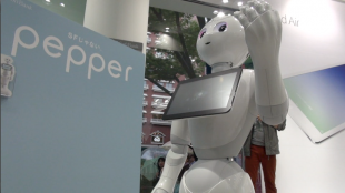 [VIDEO] SoftBank's Pepper: the emotion-reading robot